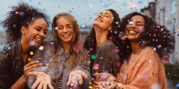 femmes-amies-ensemble-heureuses-confettis